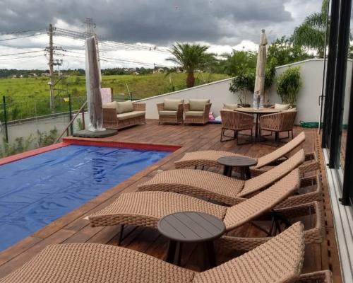 Decoração de área externa de piscina