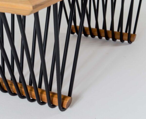 Detalhe sobre mesa feita em madeira e alumínio Mantiqueira